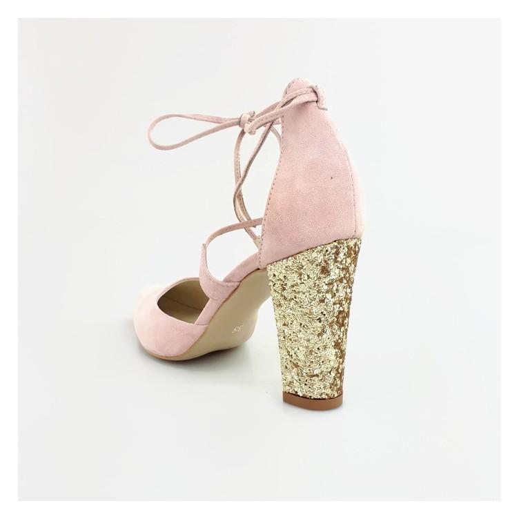 subtelne i niepowtarzalne sandałki w kolorze pudrowego różu ze złotym obcasem