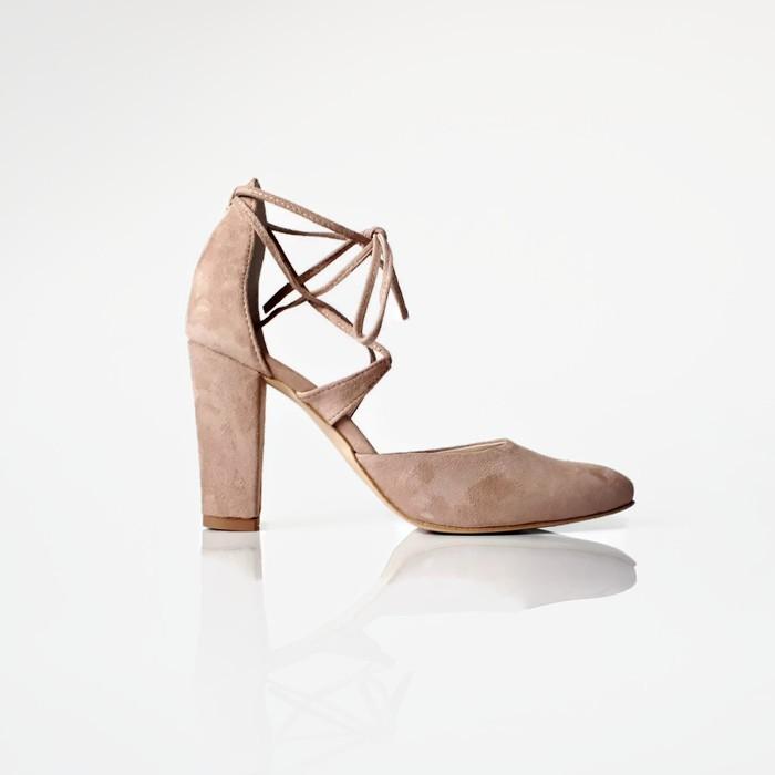 Piękne niepowtarzalne sandałki w kolorze beżowym ze skóry zamszowej  z wiązanym paskiem wokół kostki. Buty w lekki szpic .