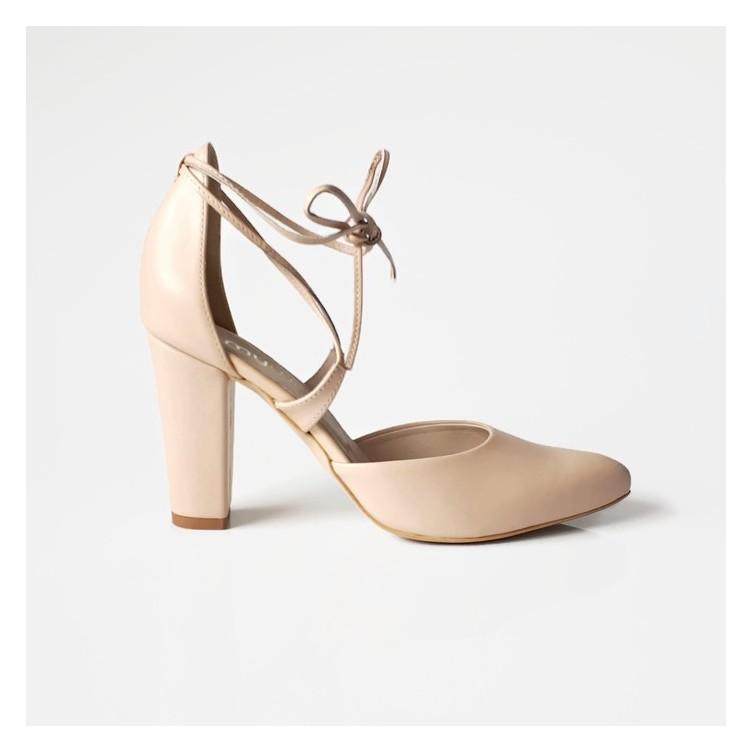 Buty ze skóry naturlanej beżowej typu szpilka z wolnym bokiem i wiązaniem wokół kostki.